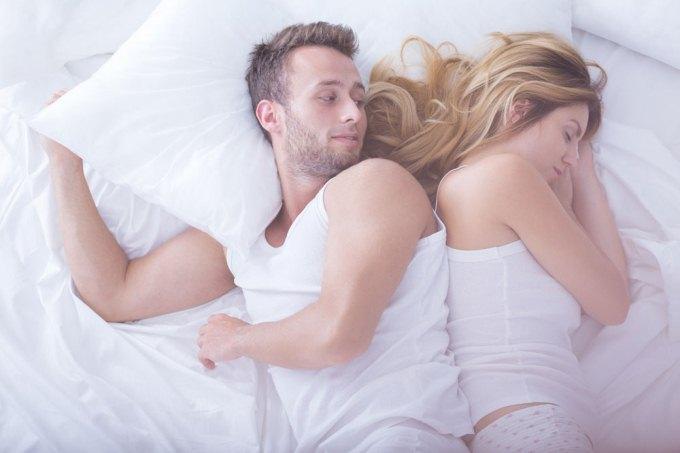les positions pour bien dormir en couple newsmag. Black Bedroom Furniture Sets. Home Design Ideas